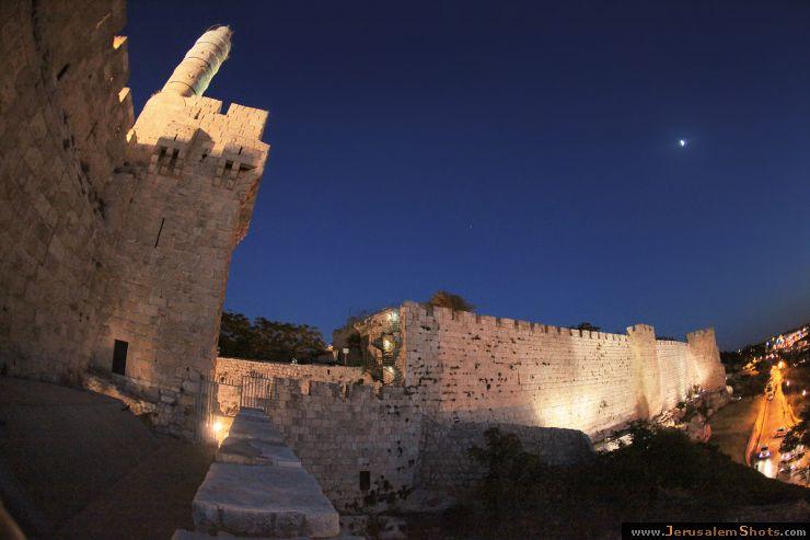 Стены и ворота старого города башня
